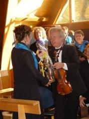 Monique Gaspoz, notre soliste félicitée par M. Dobrewelski après sa prestation (22.07.2007)