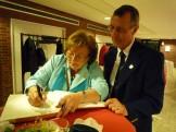 La représentant des autorités sierroises (Mme Meugnier) et notre président concentrés sur le livre d'or
